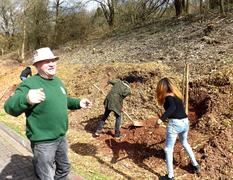 Zehnte traditionelle Obstbaumpflanzaktion fand bei wunderbarem Frühlingswetter an der Realschule plus Birkenfeld statt: Eine neue Obstbaumallee entstand
