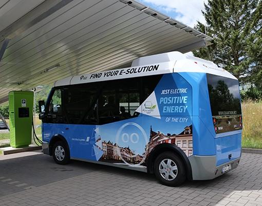 Premiere-Fahrt am Umwelt-Campus: Innovativer Elektro-Kleinbus sorgt für Aufsehen